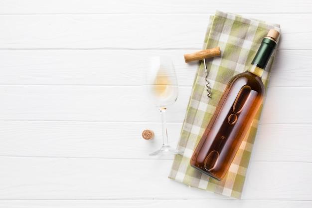 Vino bianco con sfondo spazio copia