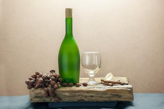 Vino bianco di bicchieri di vino bottiglia still life