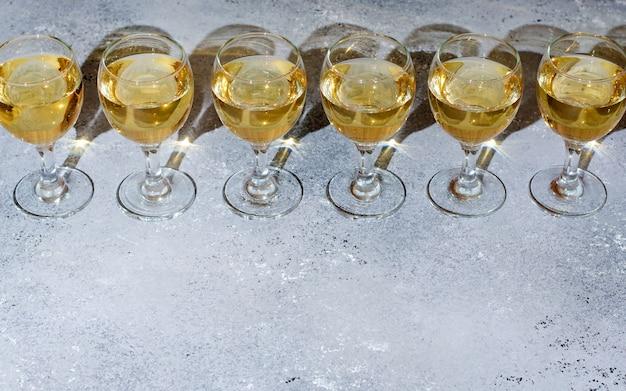 Vino bianco in bicchieri di vetro