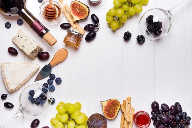 Vino bianco, uva, pane, miele e formaggio