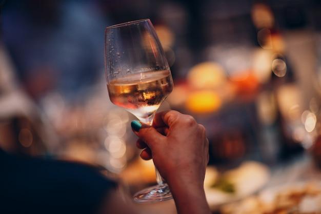 Vino e altri alcolici in bicchieri alla festa