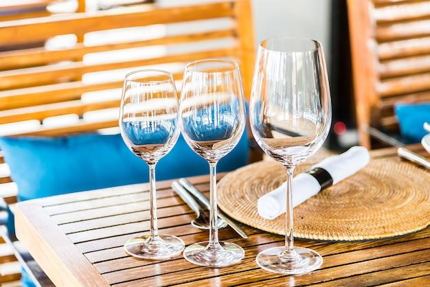 Vino e bicchieri d'acqua su un tavolo