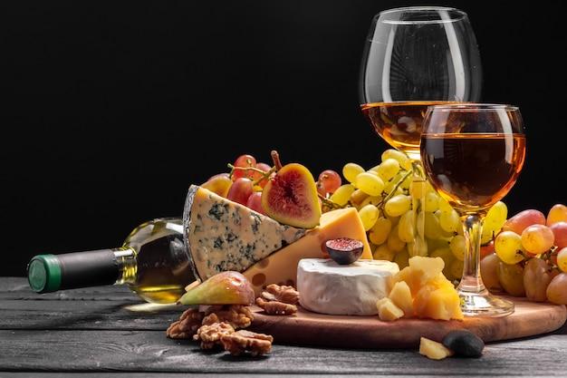 Vino e formaggio sul tavolo