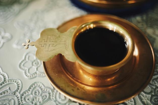 Vino, il sangue di dio nella coppa prima della cerimonia nuziale in chiesa.