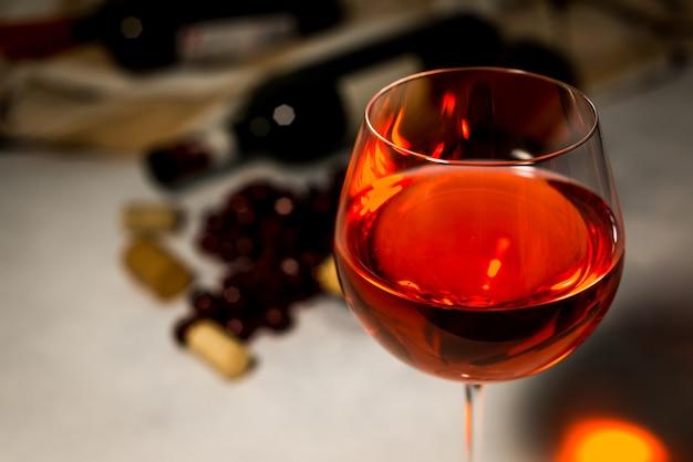 Vino rosso bottiglia e bicchiere di vino rosso