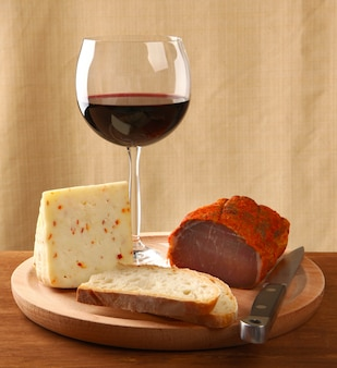 Vino rosso con formaggio italiano e capocollo