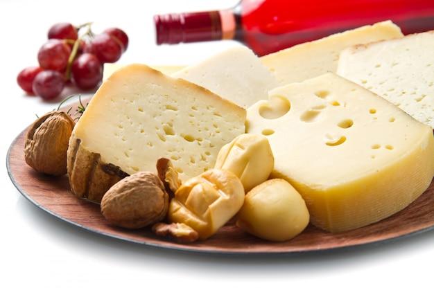 Vino rosso con selezione di formaggi su bianco