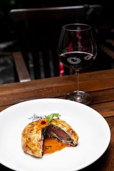 Vino rosso di wellington di manzo arrosto