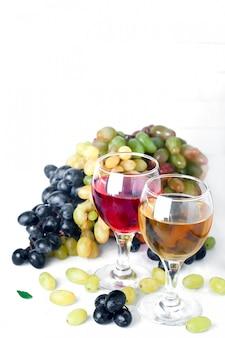 Vino rosso e bianco in bicchieri sul tavolo