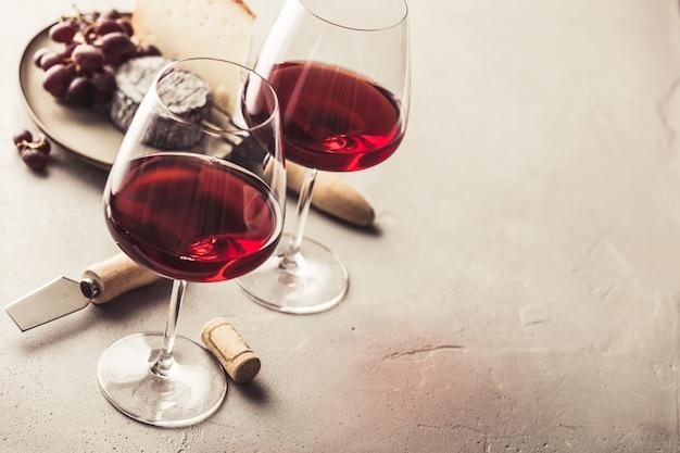 Vino rosso e formaggio su calcestruzzo, copyspace