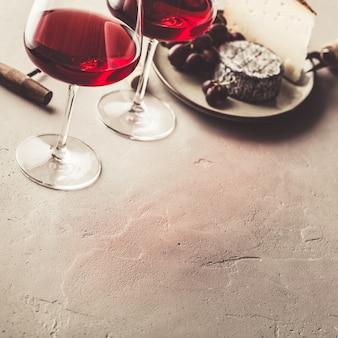 Vino rosso e formaggio su calcestruzzo