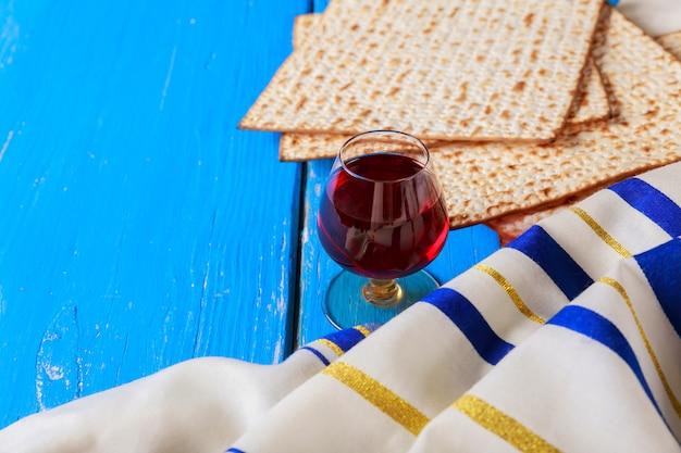 Vino rosso kosher con un piatto bianco di matzah o matza e una pasqua ebraica