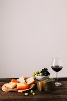 Vino rosso vicino al cibo