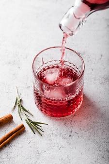 Vino versato nella vista dall'alto di vetro