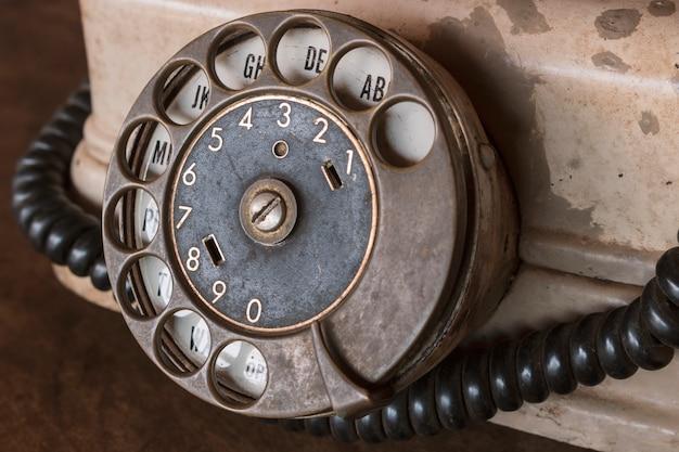 Vintage - vecchio telefono beige retrò su un tavolo di legno
