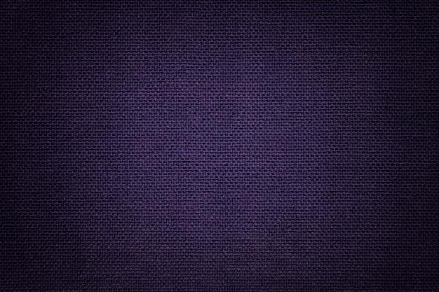 Viola scuro un materiale tessile, tessuto con trama naturale.