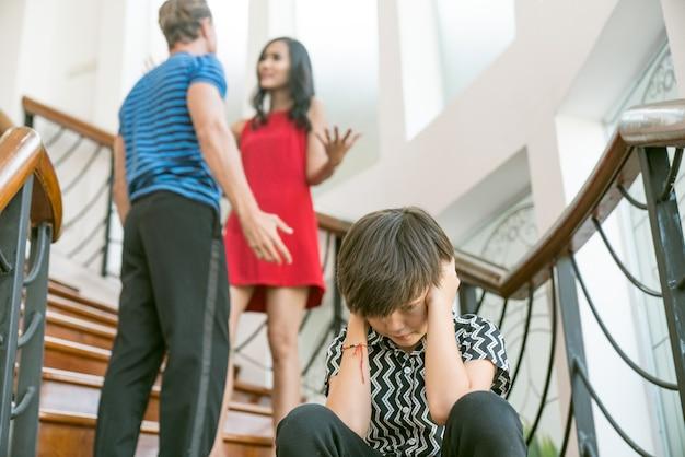 Violenza domestica e concetti di conflitto familiare la tristezza di un ragazzino
