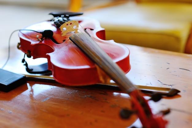 Violino su un fondo di legno