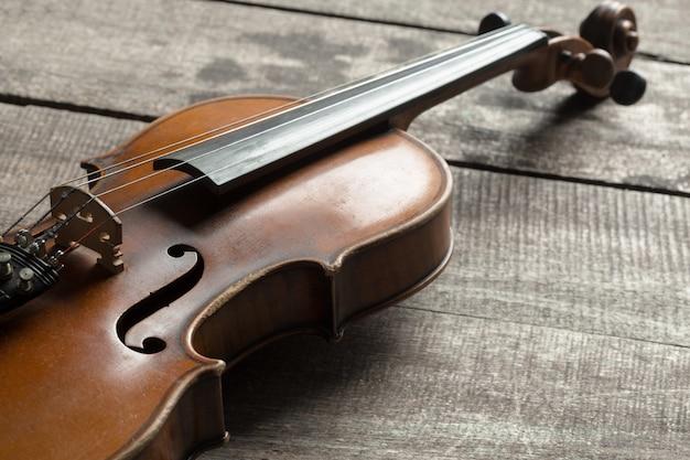 Violino su un tavolo con texture in legno