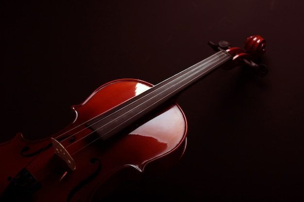 Violino su uno sfondo scuro