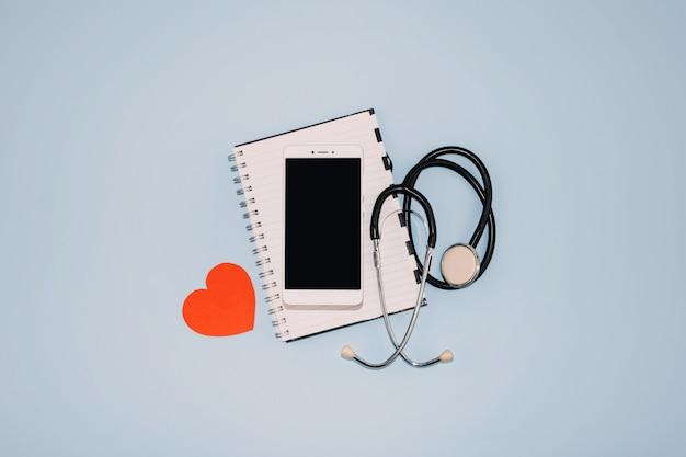 Visita virtuale di telemedicina o telehealth, visita video, concetto di consultazione di video chat medico remoto