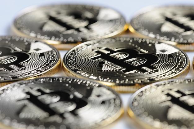 Vista a macroistruzione delle monete brillanti di souvenir di bitcoin