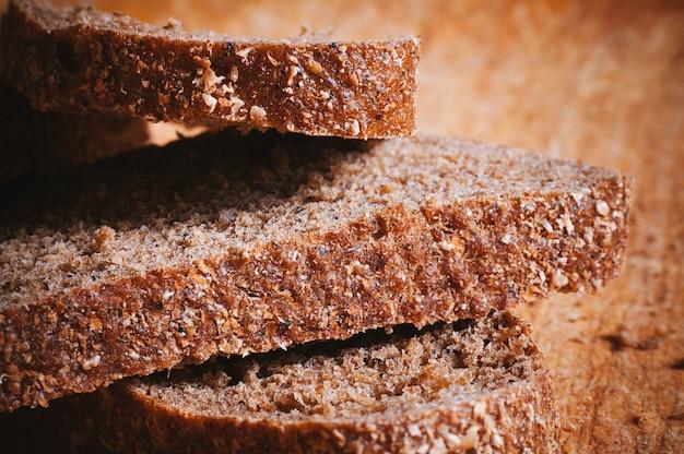 Vista a macroistruzione fette di pane nero