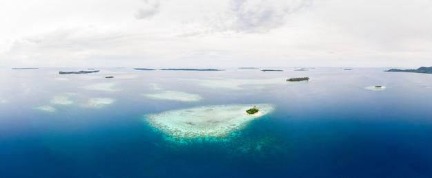 Vista aerea arcipelago tropicale di sumatra delle isole banyak indonesia, spiaggia di sabbia bianca della barriera corallina