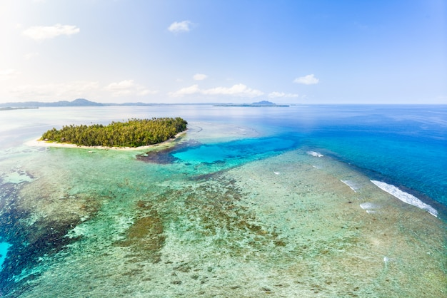 Vista aerea arcipelago tropicale indonesia, spiaggia della barriera corallina di sumatra delle isole banyak