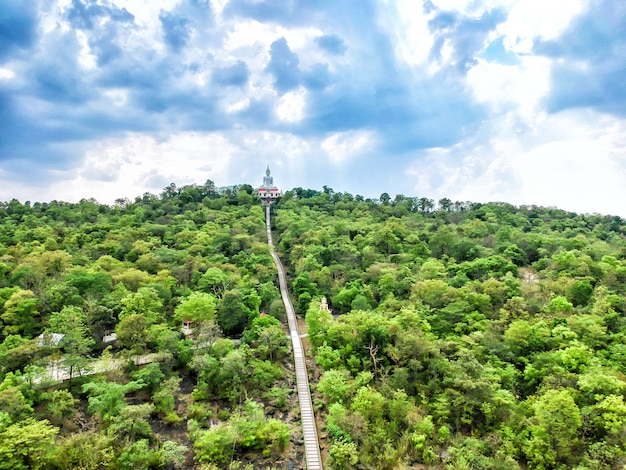 Vista aerea buddha bianco al tempio di wat phra bat phu pan kham nella provincia di khon kaen.