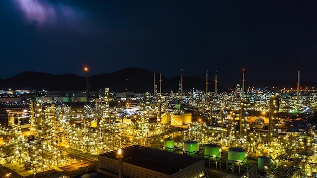 Vista aerea crepuscolare tailandia della fabbrica e del serbatoio di industria della raffineria di zona di paesaggio urbano