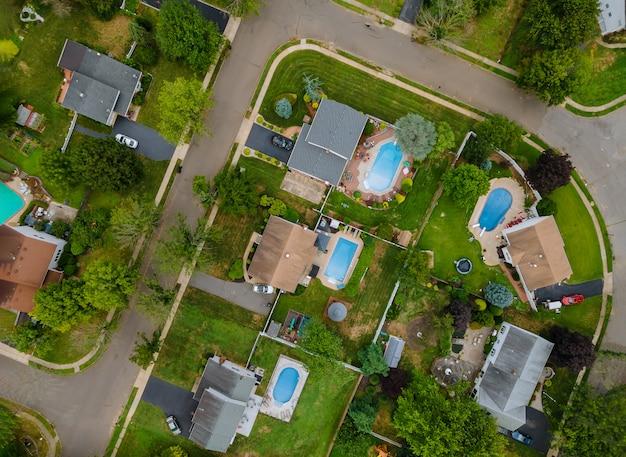 Vista aerea dall'alto del quartiere degli appartamenti di zona suburbana con auto in un parcheggio a casa