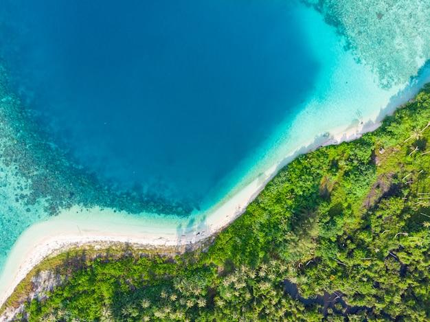 Vista aerea dall'alto verso il basso paradiso tropicale spiaggia incontaminata foresta pluviale blu laguna baia barriera corallina mare caraibico acqua turchese alle isole banyak indonesia sumatra lontano da tutto