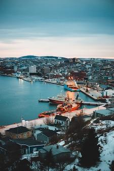 Vista aerea degli edifici della città vicino al corpo d'acqua durante il giorno