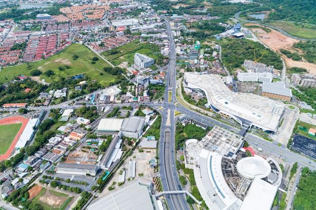 Vista aerea dei droni dall'alto in basso del bivio, traffico automobilistico di molte auto