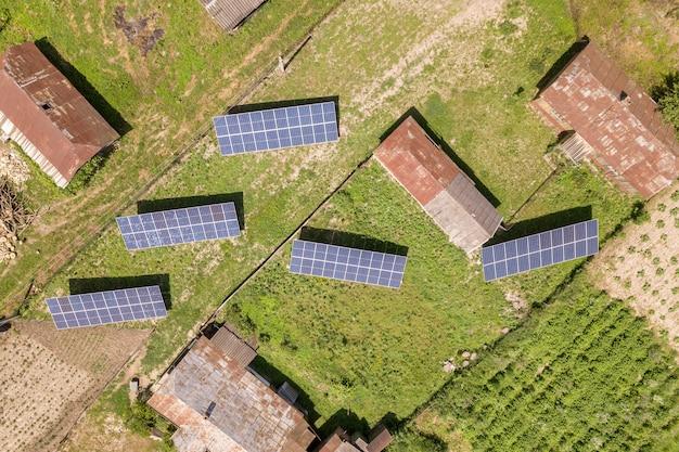 Vista aerea dei pannelli solari nell'area rurale del paese.