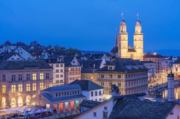 Vista aerea del centro di zurigo con la famosa chiesa di grossmunster, zurigo, svizzera