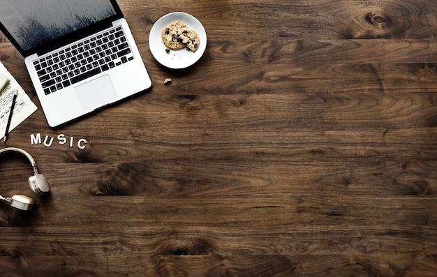 Vista aerea del computer portatile del calcolatore sulla tabella di legno