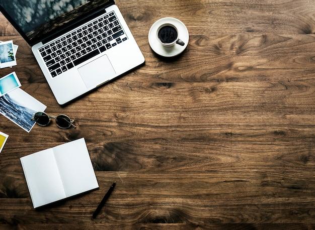 Vista aerea del computer portatile del computer sul concetto di hobby di fotografia di legno della tavola