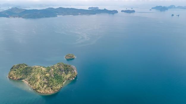 Vista aerea del drone di isole tropicali, spiagge e barche in blu chiaro acqua del mare delle andamane dall'alto, splendide isole dell'arcipelago di krabi, thailandia