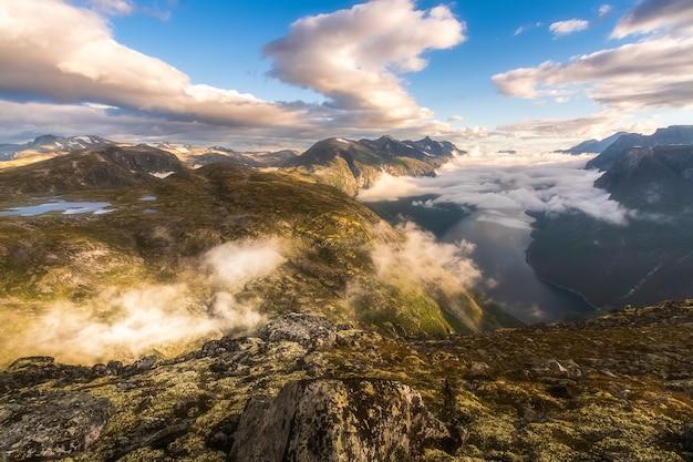 Vista aerea del fiordo di eikesdalen in norvegia centrale.