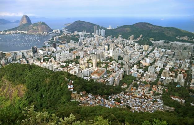 Vista aerea del paesaggio urbano di rio de janeiro con la famosa montagna di sugarloaf, brasile