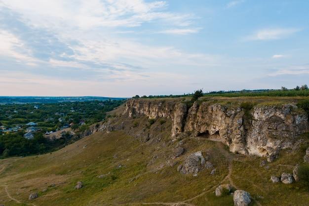 Vista aerea del pittoresco paesaggio di terra, alberi, rocce, cielo riflessa nell'acqua.