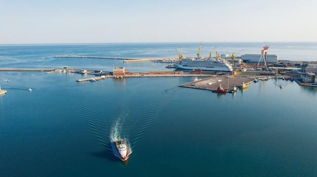 Vista aerea del porto di importazione ed esportazione e logistica, grande porto di ancona, italia