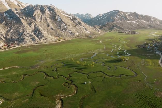 Vista aerea del prato di incontro di montagna con molti percorsi
