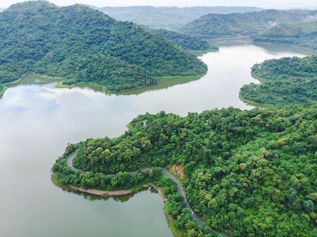 Vista aerea del sentiero forestale in montagna e fiume