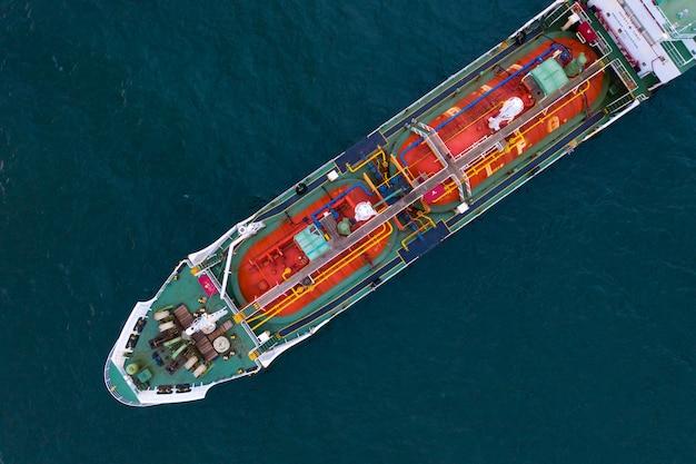 Vista aerea del serbatoio del gas sulla nave in porto, industria della raffineria e nave da carico dell'esportazione