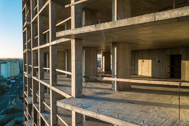 Vista aerea del telaio in calcestruzzo di alto condominio in costruzione in una città.