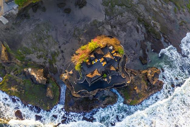 Vista aerea del tempio del lotto di tanah in bali, indonesia.