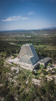 Vista aerea del tempio di monte grisa, chiesa a nord di trieste, italia